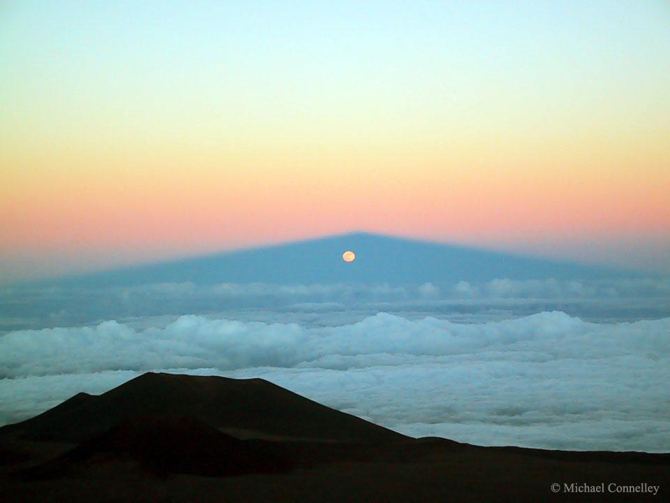 Salida de la luna a través de la sombra de Mauna Kea