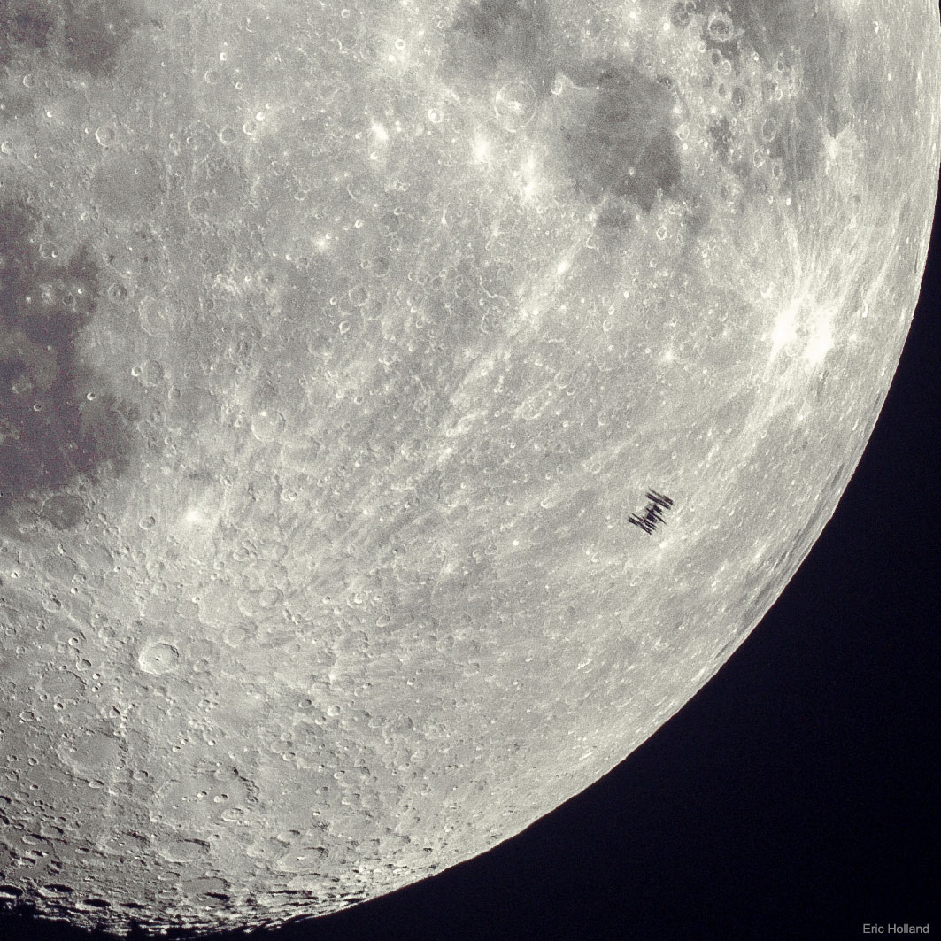 [ASTRONOMIA]   Space Station Silhouette on the Moon