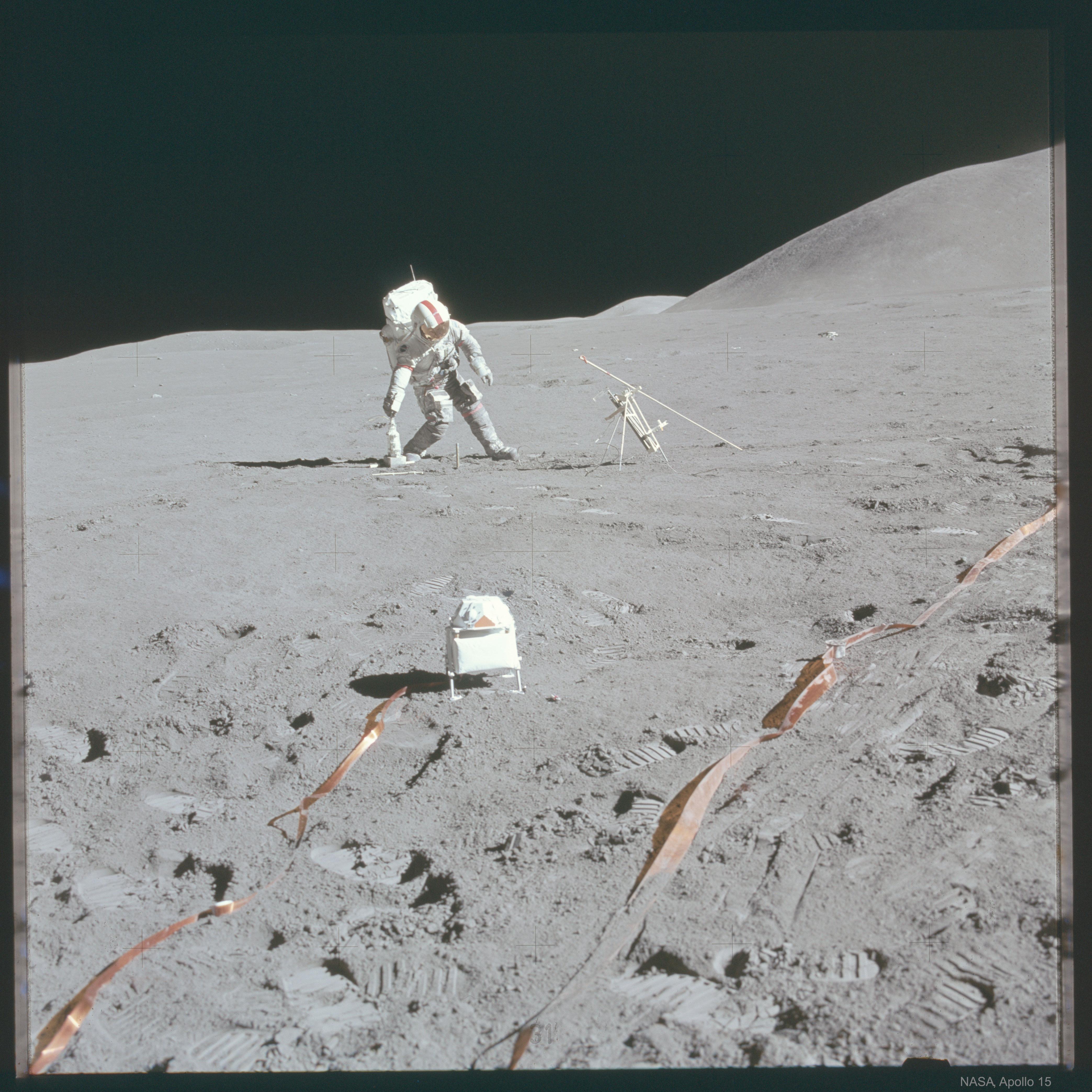 [ASTRONOMIA]   Astronaut Kicks Lunar Field Goal