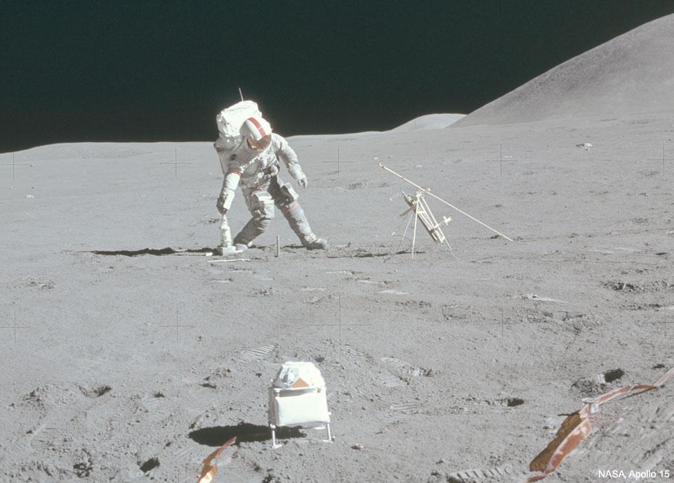 Kosmonaut dal na lunárním poli gól