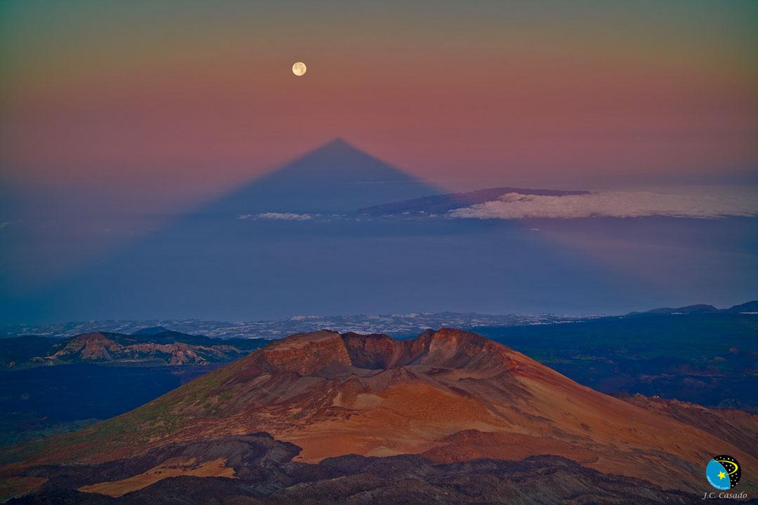 Una sombra triangular de un gran volcán