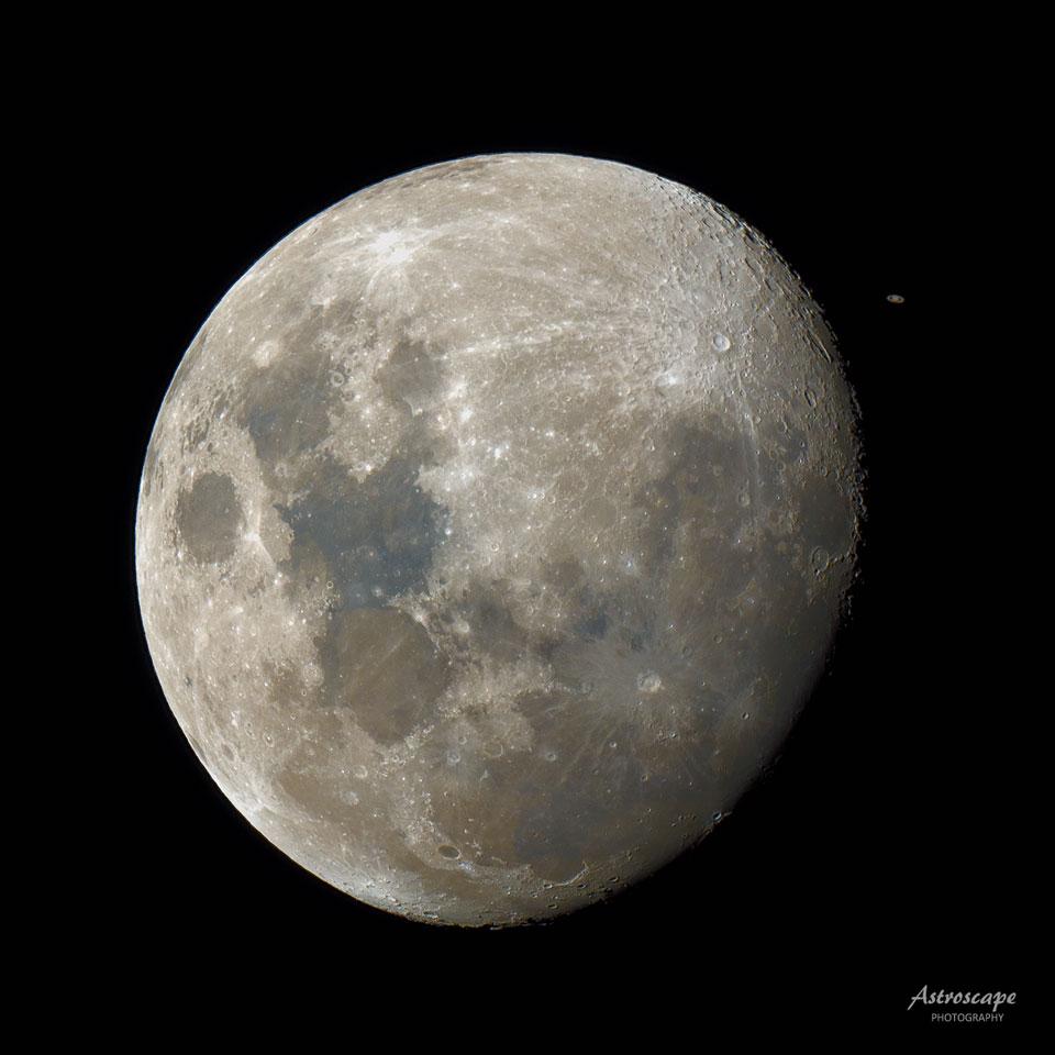 Saturno detrás de la Luna