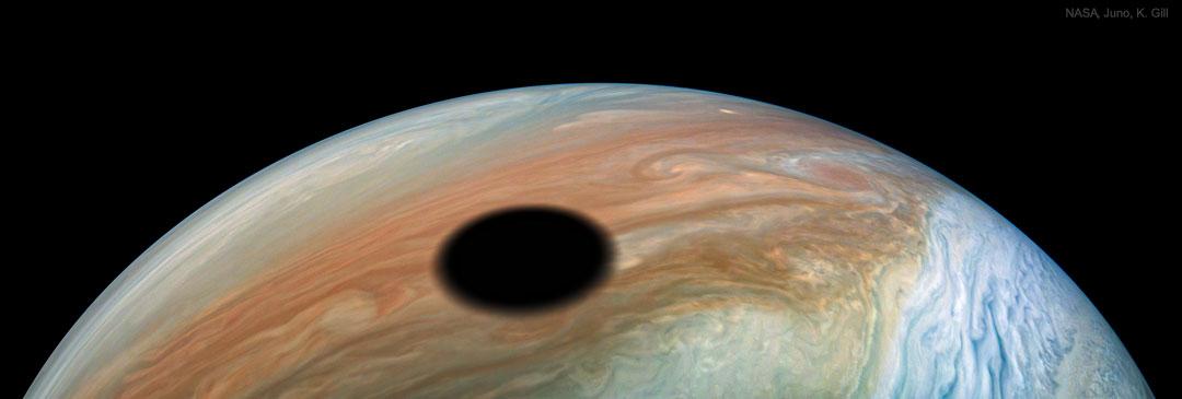 La sombra del eclipse de Io sobre Júpiter desde la Juno