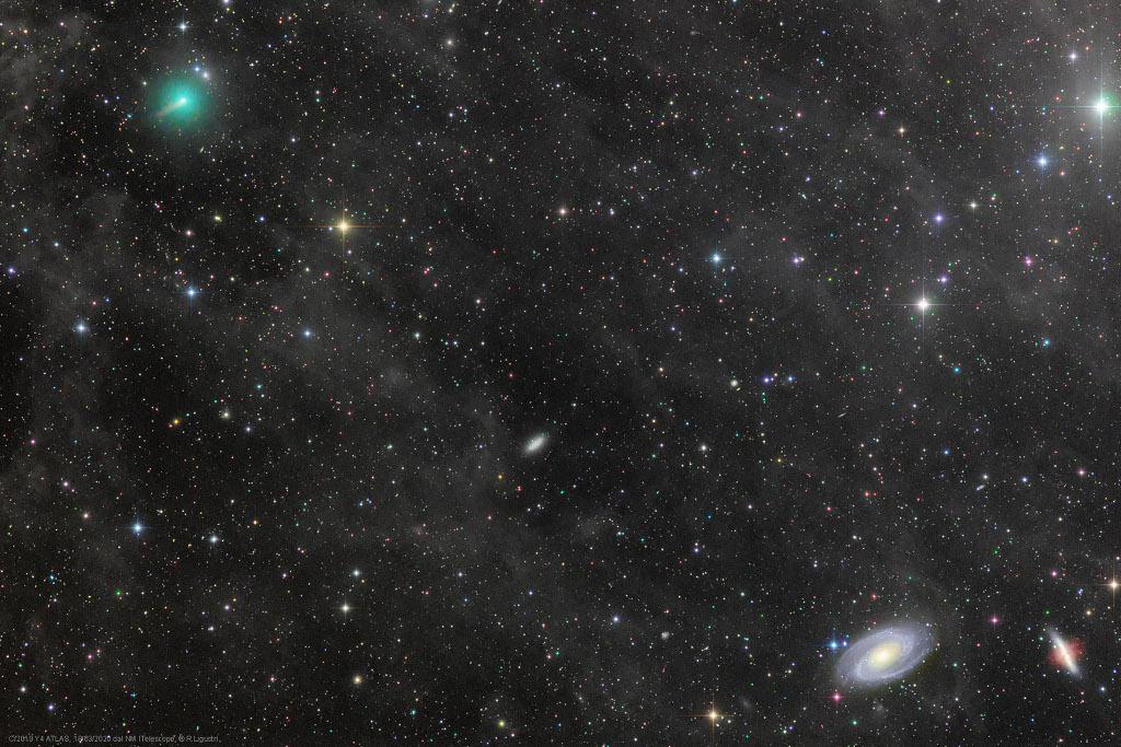 El cometa ATLAS y las poderosas galaxias
