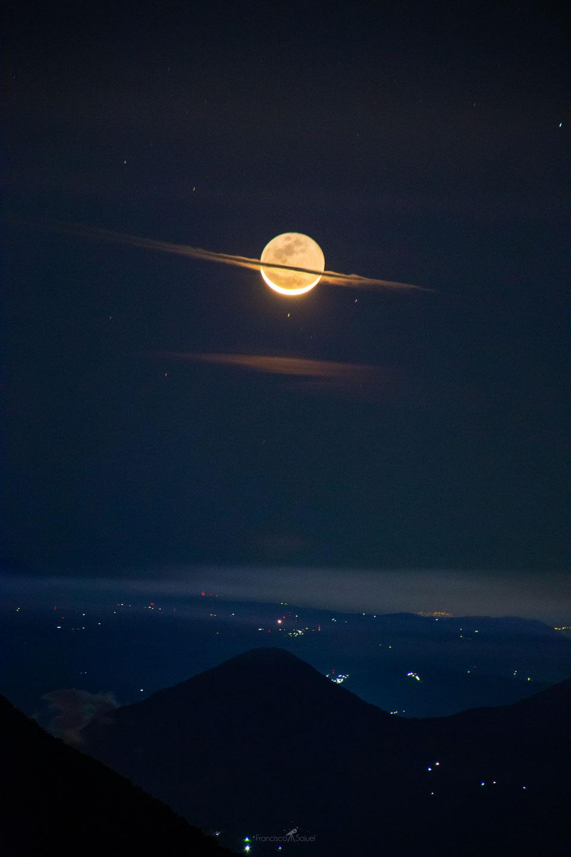 Una luna vestida como Saturno