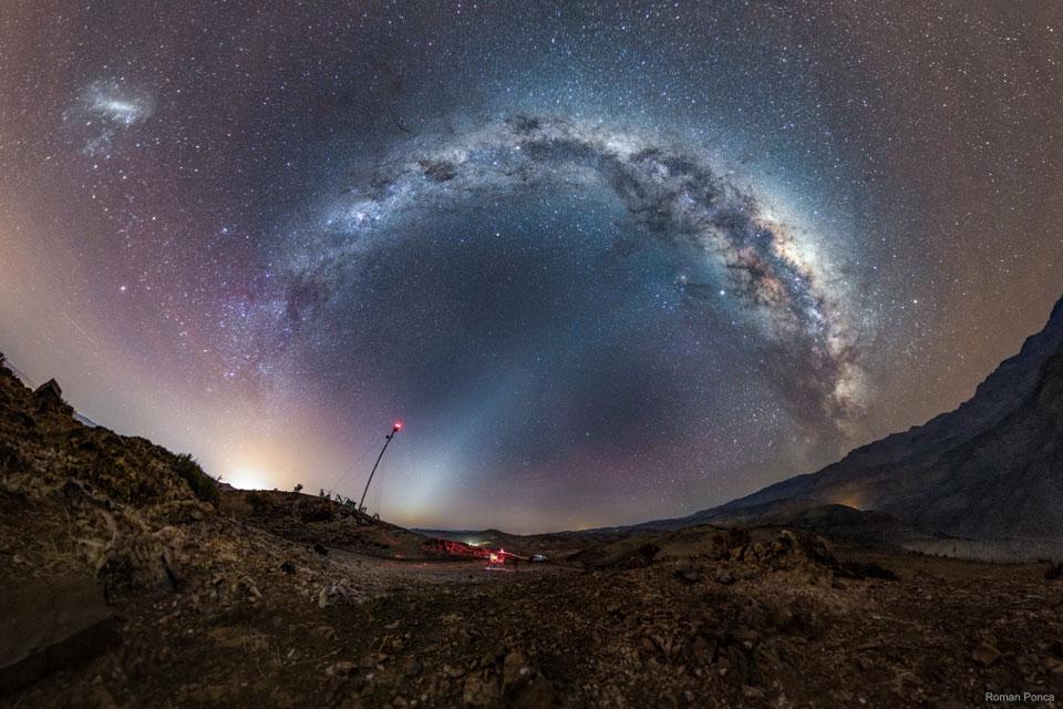 Vía Láctea y Luz Zodiacal sobre Chile