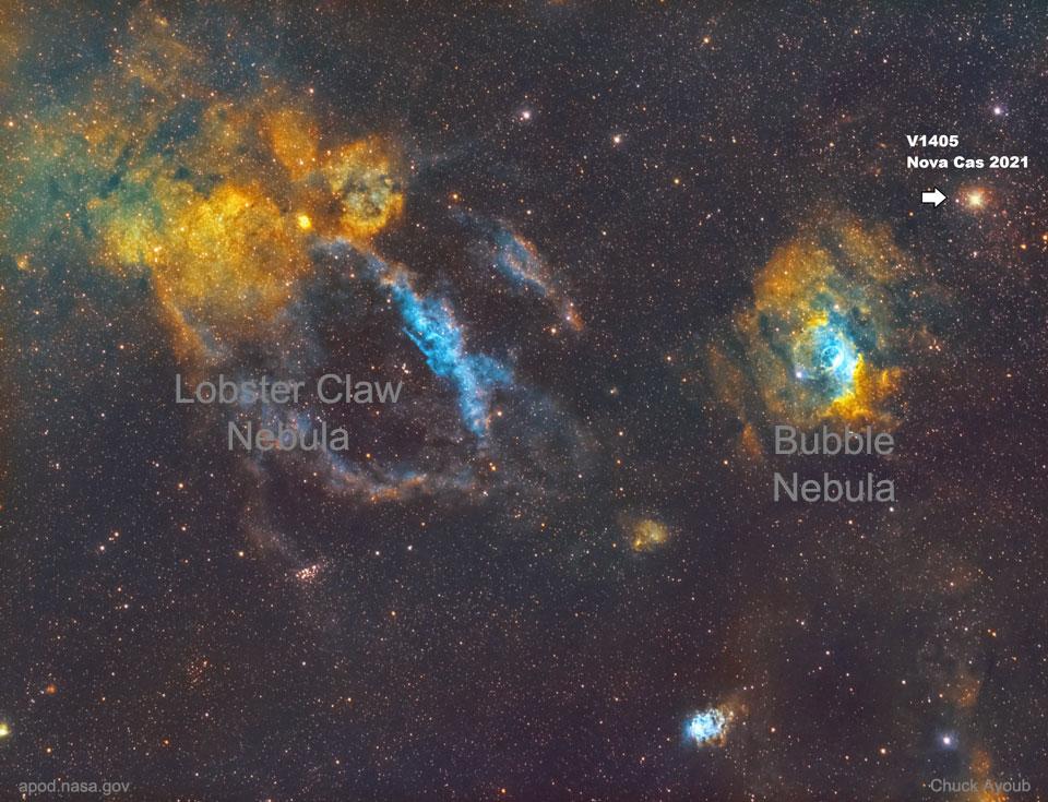 Una imagen profunda hacia la constelación de Cassiopeia que muestra la transitoria Nova Cas tal como apareció en marzo de 2021.  Consulte la explicación para obtener información más detallada.