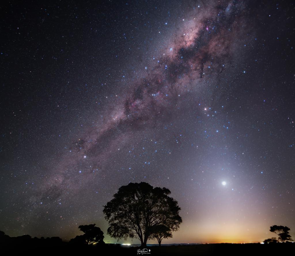 每日星空:《光与尘之夜