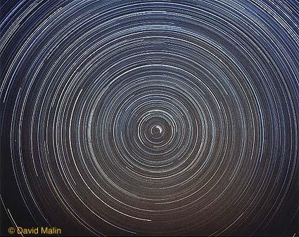 Rastros de estrellas en los cielos del norte