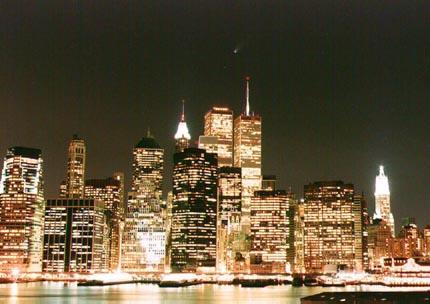 El cometa Hale-Bopp sobre la ciudad de Nueva York