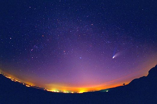 Una Vista «Ojo de Pez» del Cometa Hale-Bopp
