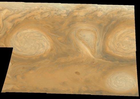 Nubes blancas ovales en Júpiter