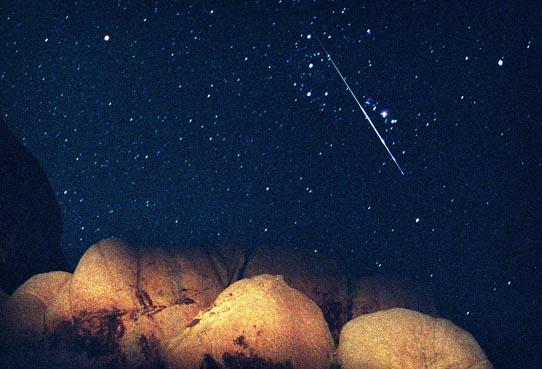 Meteoro brillante, cielo oscuro