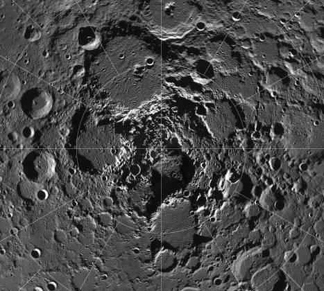 Agua congelada en los polos lunares