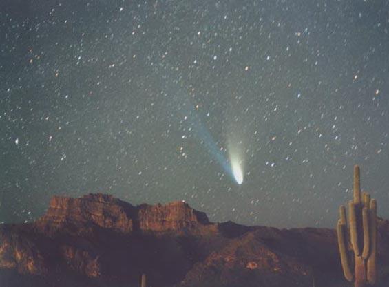 El cometa Hale-Bopp sobre las Montañas de la Superstición