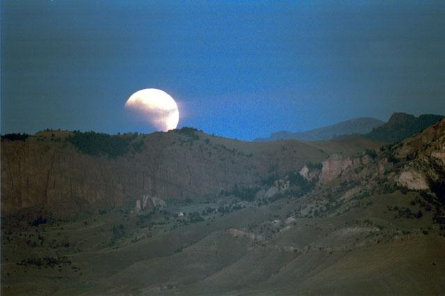 Eclipse sobre la montaña